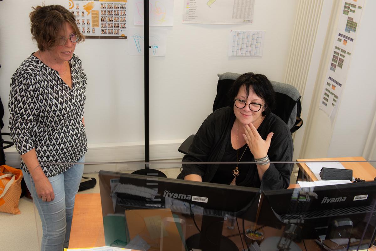 Deux agents du service dans leur bureau